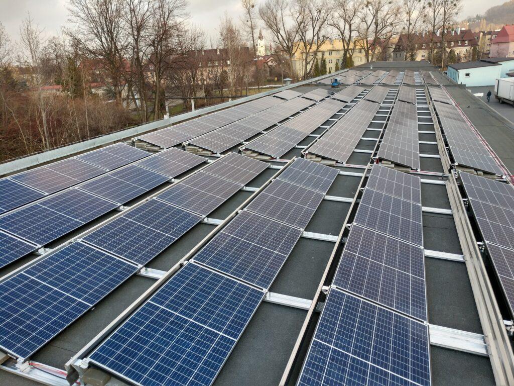 Panele słoneczne na dachu firmy produkcyjnej